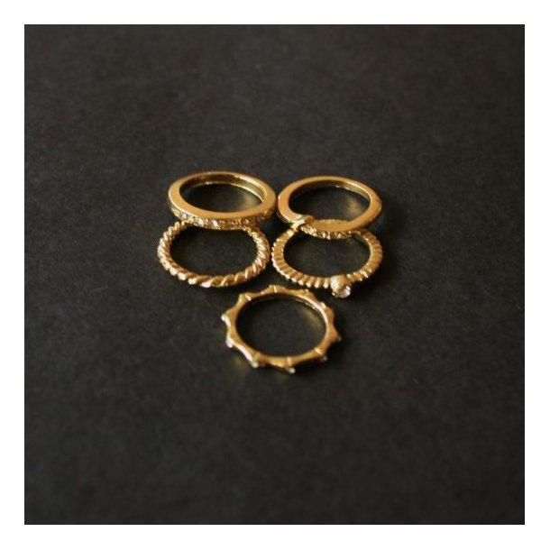 Fem guldfarvede ringe i flot sæt.