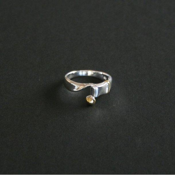 Ring, sølvbelagt, med guld dekorering, str 8